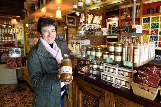 BRETAGNE - Morbihan - Quiberon Christine Weise, responsable des boutique de l'Armorine, montre un pot de salidou dans la boutique du port
