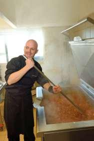 BRETAGNE - Côte d'Armor A l'Ambr'1, à Minihy-Tréguier Nicolas Hubert surveille la 2ème cuisson du caramel