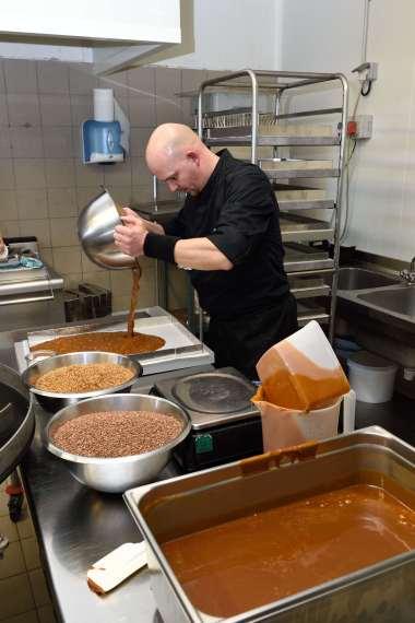 BRETAGNE - Côte d'Armor A l'Ambr'1, à Minihy-Tréguier Nicolas Hubert ajoute des ingrédients (noisettes ou amandes...) et étale le caramel