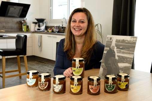 BRETAGNE - Ille-et-Vilaine Rénate Le Berre présente chez elle ses crèmes de caramel au beurre salé, vendus sous la marque Rozell et Spanell (sa grand-mère en photo)