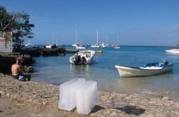 LA REPUBLIQUE DOMINICAINE Sur la plage de Bayahibe, pains de galce en attente d'un bateau pour Saona