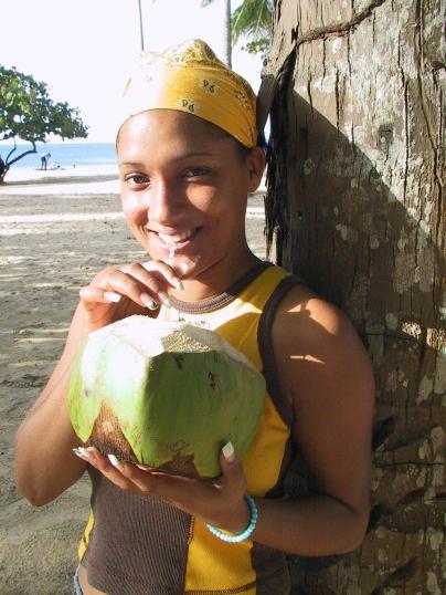 LA REPUBLIQUE DOMINICAINE Fille à la noix de coco sur une plage au sud de Samana
