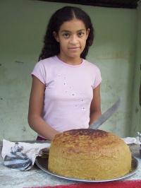 LA REPUBLIQUE DOMINICAINE Vendeuse de gâteau à la farine de maïs et au lait de coco, vers Jarabacoa