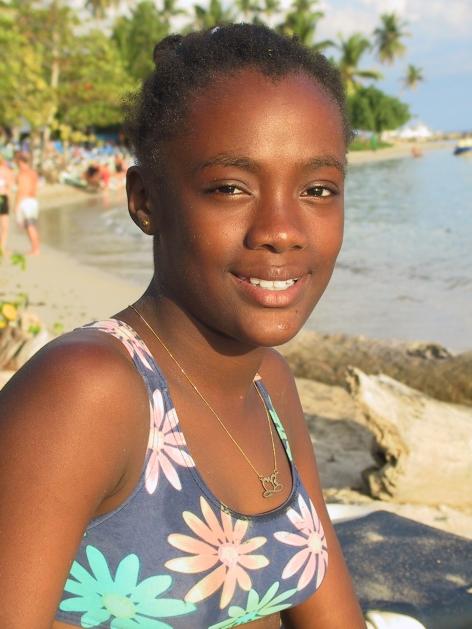 LA REPUBLIQUE DOMINICAINE Jeune fille sur la plage de Boca Chica