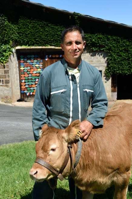 CORREZE Brignac-la-Plaine Eric Paleyrie présente un veau sous la mère, prêt à être vendu, devant son étable.
