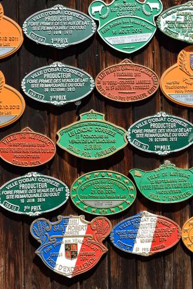 CORREZE Brignac-la-Plaine Plaques de prix sur la porte de l'étable d'Eric Paleyrie, éleveur de veaux sous la mère