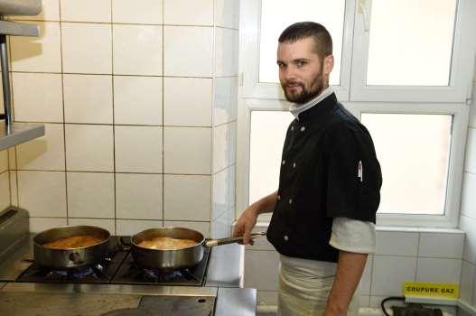 Loir-et-Cher - Lamotte-Beuvron A l'hôtel Tatin Virgile, cuisinier, surveille les tartes Tatin pendant que le caramel se forme sous les pommes