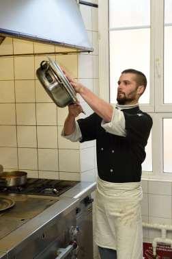 Loir-et-Cher - Lamotte-Beuvron A l'hôtel Tatin Virgile, cuisinier, retourne une tarte Tatin après cuisson et formation du caramel sur le feu