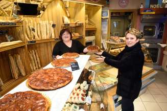 Loir-et-Cher Lamotte-Beuvron A La Duchesse Anne, Isabelle Vauconsant vend une tarte Tatin à une cliente, Patricia