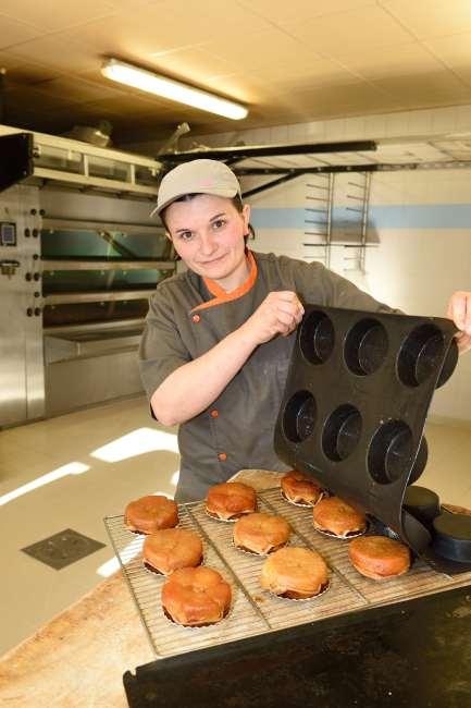 Loir-et-Cher / Nouan-le-Fuzelier Boulangerie pâtisserie Fouquiau-Frizot, place Saint-Martin Magali Frizot démoule ses mini tartes Tatin du moule en silicone