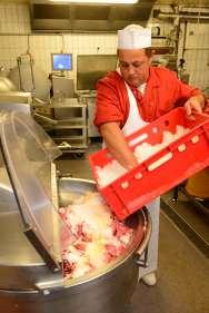 ALSACE Chez Michel Burg, charcutier à Marlenheim Le mélange des deux viandes est mise au cutter, puis refroidie avec de la glace pilée