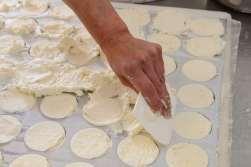 LOT Le Rocamadour A Martel, à la ferme de Barbarou, chez Antoine et Pascal Cérou Moulage des fromages
