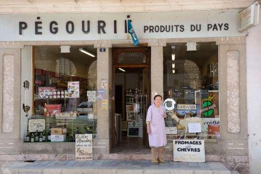 LOT Le Rocamadour A Gramat, devant son épicerie, Marthe Pégourié, qui a contribué au lancement du rocamadour