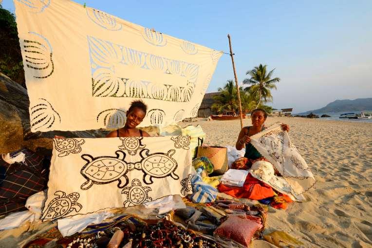 MADAGASCAR Nosy Komba Vendeuses de nappes brodées sur la plage du Jardin Vanille