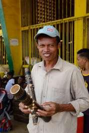 MADAGASCAR - Nosy Be Vendeur de valiha devant le marché couvert d'Hell-Ville