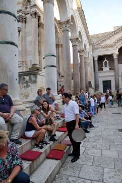 CROATIE - Split Terrasse de café sur les marches du péristyle de palais de Dioclétien