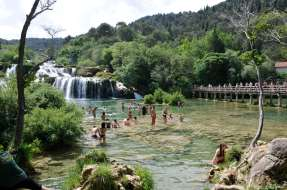CROATIE - Parc national de Krka Baignade devant les chutes de Stradinski Buk