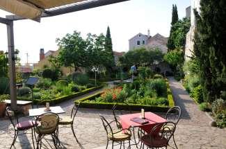 CROATIE - Sibenik Jardin médiéval dans la vieille ville