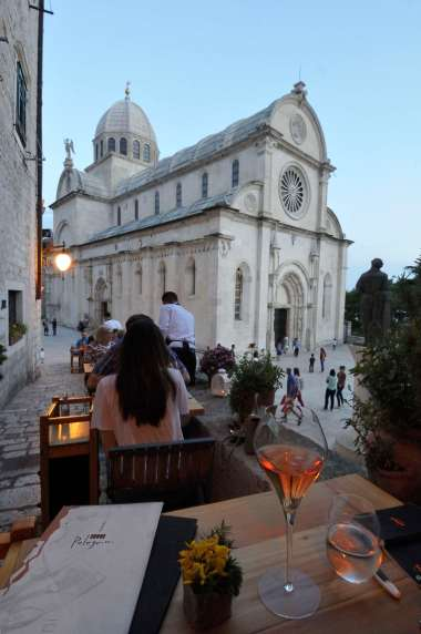 CROATIE - Sibenik A table chez Pelegrini, devant la cathédrale