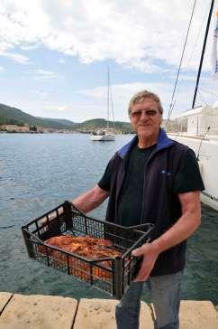 CROATIE - Ile de Vis Pêcheur apportant sa pêche (scorpion fish) à un restaurateur