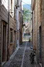 CROATIE - Ile de Vis Dans une ruelle de Komiza