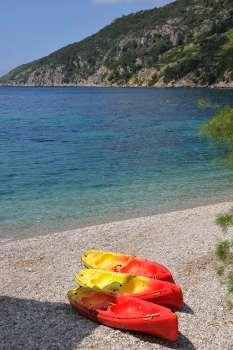 CROATIE - Ile de Vis Komiza Kayaks sur la plage de l'église Notre-Dame-des-Pirates