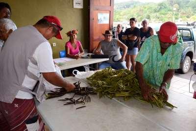 Polynésie Française Tahaa A la vente aux enchères de Huamene, le comité de contrôle vérifie la conformité des gousses présentées