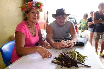 Polynésie Française Tahaa A la vente aux enchères de Huamene, tout est soigneusement noté par la secrétaire de la vente, sous le regard amusé de Bryan, l'un des principaux acheteurs...