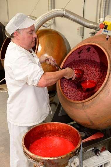 A la Maison de la Praline, à St-Denis-de-Cabanne Max Fleurdépine enrobe les amandes torréfiées de sucre