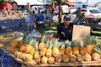 L'ananas Victoria de LA REUNION Vendeur de rue à St-Pierre