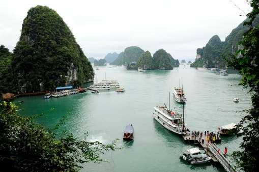 VIETNAM - Baie d'Halong Vue depuis la grotte de la surprise