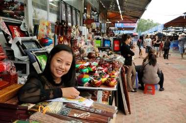 VIETNAM - Ha Long Au marché artisanal