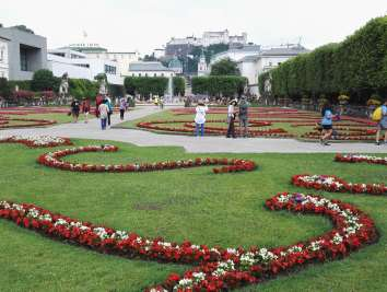 AUTRICHE - Salzbourg Vue des jardins de Mirabell