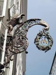 AUTRICHE - Salzbourg Getreidegasse, la rue des enseignes