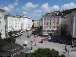 AUTRICHE - Salzbourg Vue d'une place de la vieille ville