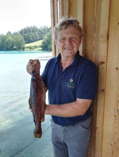 AUTRICHE - Salzkammergut Au Schlossfisherei, une pêcherie qui prépare des poissons fumés, au bord du lac Fuschlsee Gerhardt, maître pêcheur