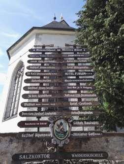 AUTRICHE - Salzkammergut Panneaux traditionnels devant l'église de St-Wolfgang