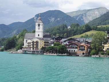 AUTRICHE - Salzkammergut Vue de St-Wolfgang, depuis un bateau sur le lac Wolfgang
